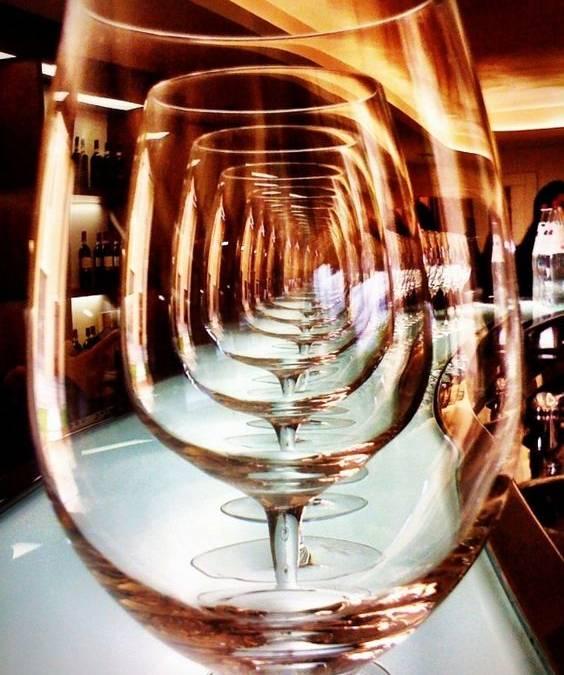 Πάμε να πιούμε ένα κρασάκι; Το λες; Το λες!