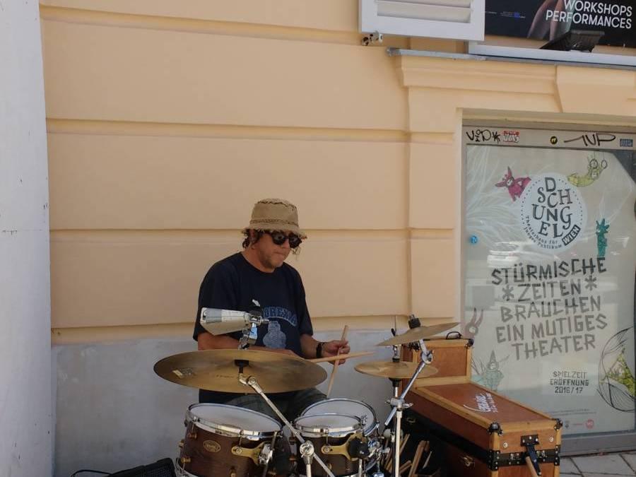 Busker | street musician(ουσιαστικό- αρσενικό), μουσικός που παίζει στον δρόμο ή αλλιώς Μανώλης Κουτσονάνος!